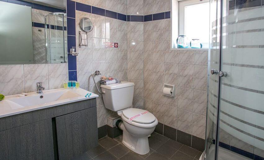 hotel thalassies limenarija grcka kupatilo