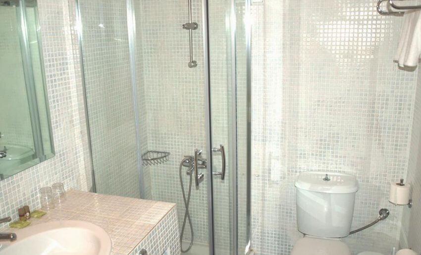 hotel maranton beach grcka smestaj apartmani letovanje economy room kupatilo