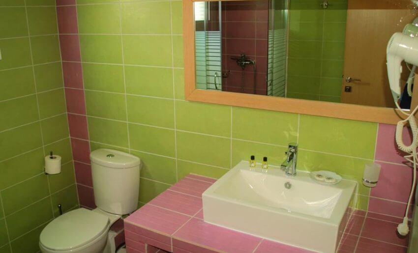 hotel maranton beach grcka smestaj apartmani letovanje soba krevet na sprat kupatilo