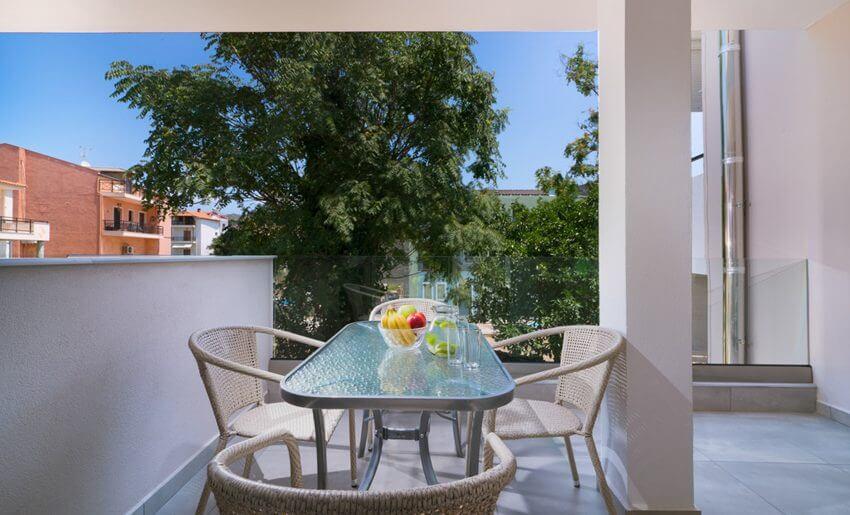 estian de luxe studios tasos smestaj grcka apartmani trokrevetna soba terasa